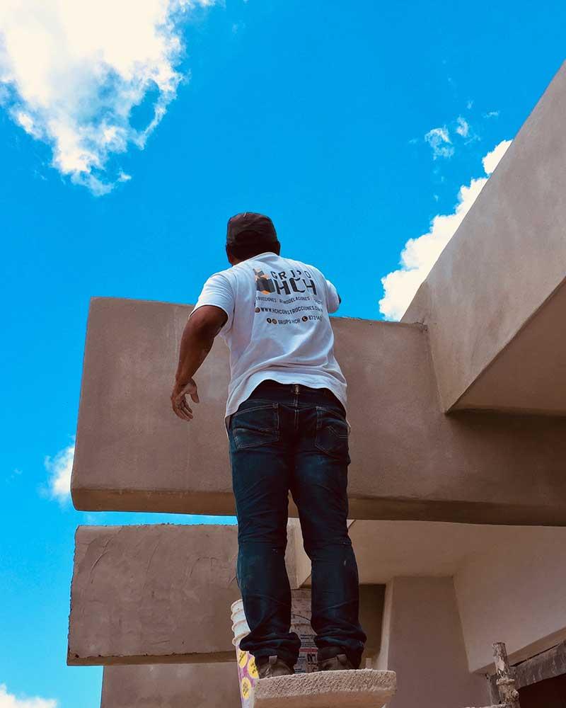 hombre constructor trabajando en una fachada
