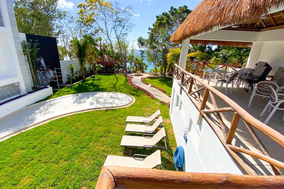jardín con camastros frente al mar proyecto private paradise