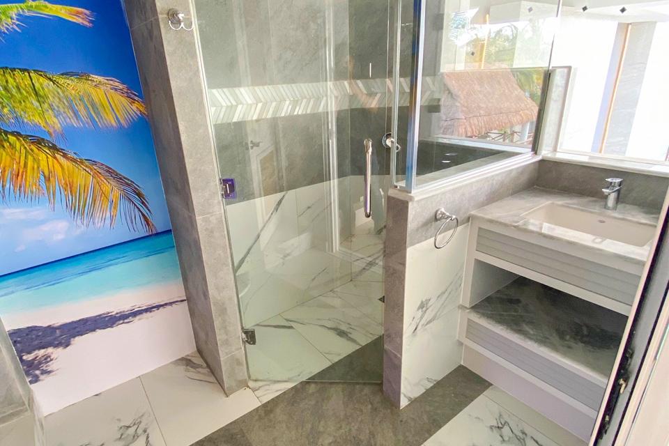 baño grande con puerta de cristal
