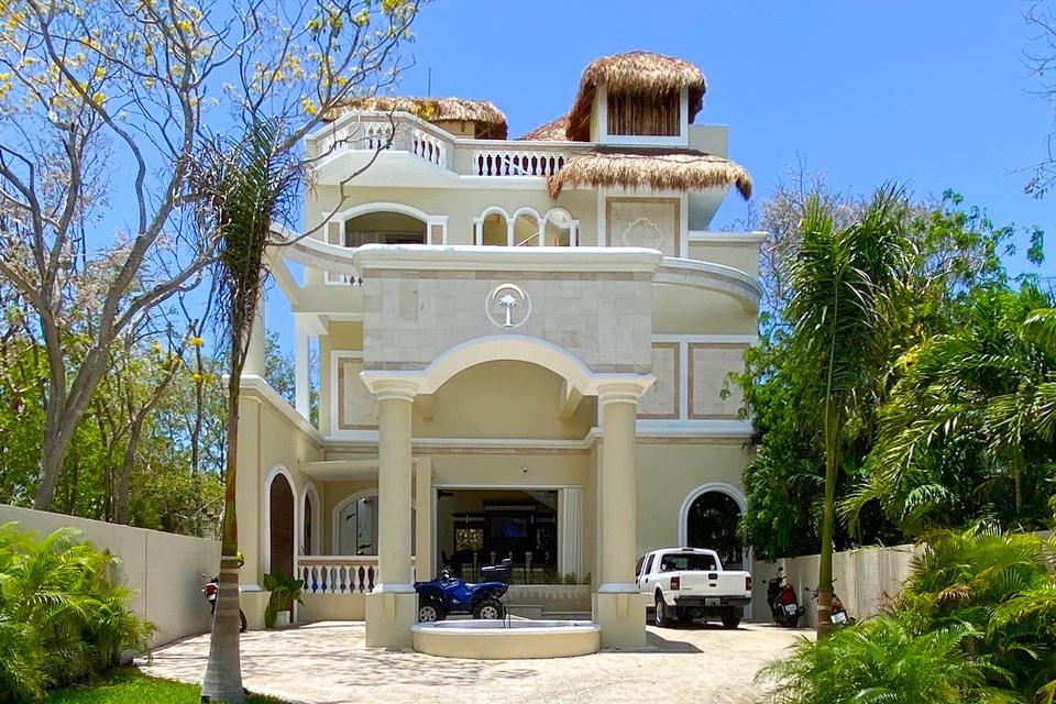 edificio con palapa en medio de la selva proyecto private paradise