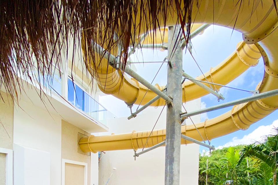 tobogán en espiral en casa con palapa proyecto private paradise